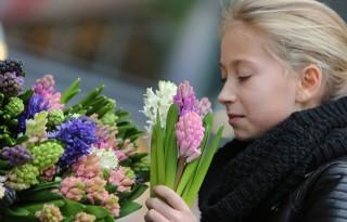 Man en jongere kopen vaakst online bosje bloemen