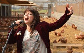 Ellen+ten+Damme+zingt+tussen+kippen+%28video%29