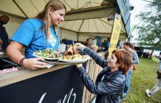 Festivalgangers aan de bokkenburger