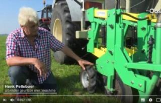 Zwolse boer rijdt mest uit zonder stank