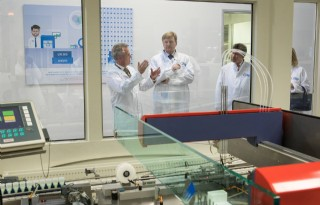 TV: Koning heropent zuivellaboratorium Qlip