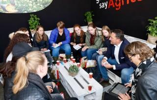 Studentes+bijpraten+over+internationaal+zakendoen