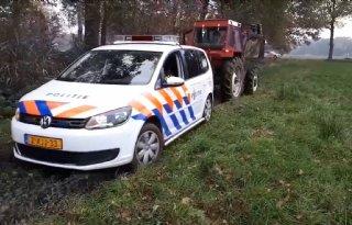 Boer+trekt+politieauto+uit+weiland