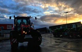 TV: Trekker rijden op landbouwbeurs