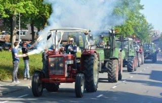 TV: Veertig trekkers in colonne naar Achterhoekse derby