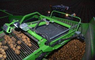 Akkerbouwer+tevreden+over+oogst+chipsaardappelen+Lays