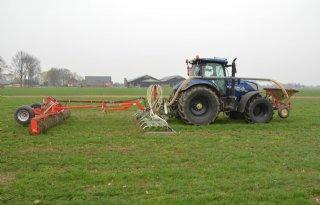 Boer bestrijdt droogte met eigen doorzaaimachine
