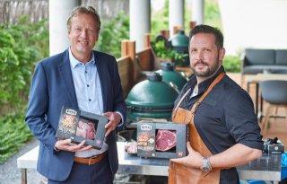 Consument legt met BBQ Star premium vlees op barbecue