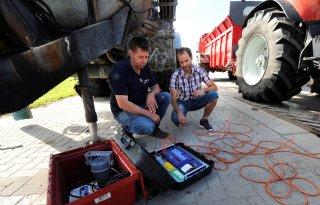 Boer+en+loonwerker+strijden+tegen+bodemverdichting