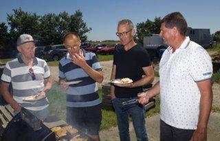 Schapenhouders eten lamsvlees bij vakgroepbarbecue