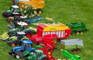 Boeren+bieden+arme+gezinnen+speelgoedtrekker+aan