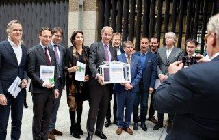 Glastuinders bieden petitie tegen stroomtaks aan