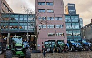 Boeren en bouwers protesteren bij rechtbank Leeuwarden