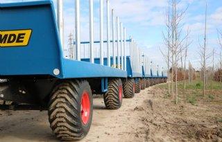 Transportwagen rijdt als een trein door boomkwekerij