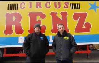 Boeren brengen diervoeder naar Circus Renz