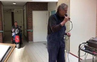Ouderen genieten van optreden zingende fruitteler
