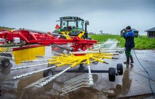 Friese boer spuit harken schoon voor eerste grasoogst