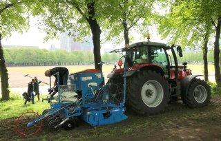 Herstel schade grasveld Malieveld in Den Haag