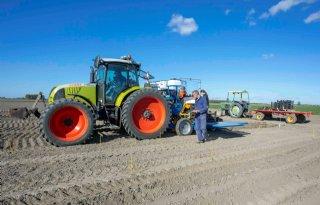 Nieuwe+pootmachine+op+proefboerderij+Kollumerwaard