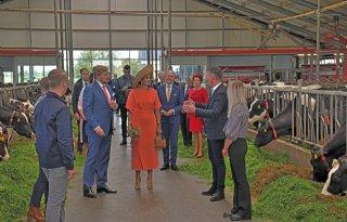 Koningspaar praat met jonge Friese boeren