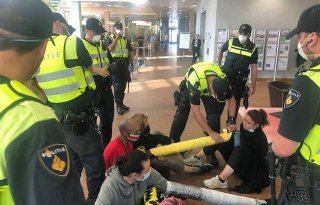 Dierenactivisten afgevoerd bij bezetting ZLTO-kantoor