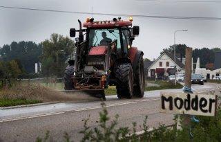 Overlaadwagen+voorkomt+modder+op+de+weg