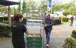 Boeren en tuinders delen appels uit