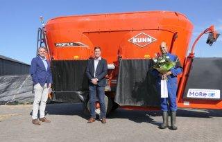 Eerste+elektrische+Kuhn%2Dvoermengwagen+officieel+geleverd