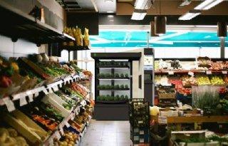 Klanten oogsten kruiden in kweekautomaten supermarkt