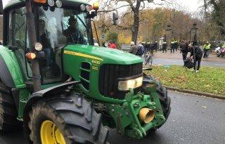 Demonstrerende boeren rijden langs Huis ten Bosch