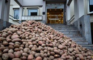 Berg aardappelen gedumpt voor CBL-kantoor