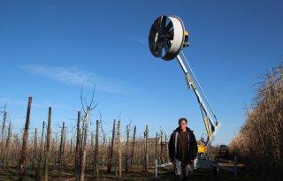 Zeeuwse fruitteler zet windmachine in tegen nachtvorstschade