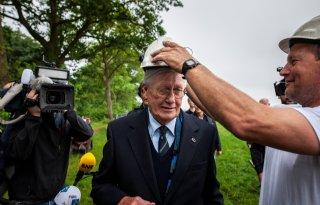 Hans Wiegel slaat eerste paal voor Fries wolvenhek