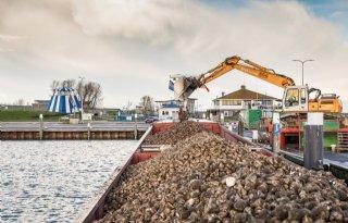 Zuid-Limburgse suikerbieten per schip naar Cosun in Dinteloord