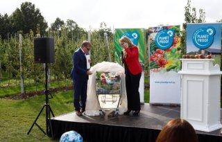 Helga van Leur vult boodschappenkar met On the way to PlanetProof-producten