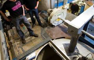 Proeven en kijken in varkensvoerkeuken