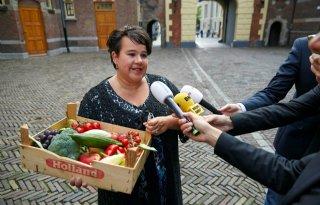 Dijksma+met+fruitbak+naar+ministerraad