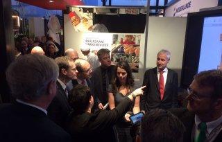 Minister+proeft+Nederlands+varkensvlees