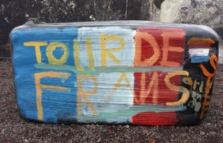 Grasbalen+schilderen+voor+Tour+de+France