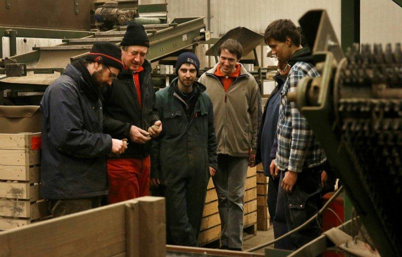 Halle, Bert Sloetjes (2e van links) met personeel in sorteermachine. fotografie Hans Prinsen