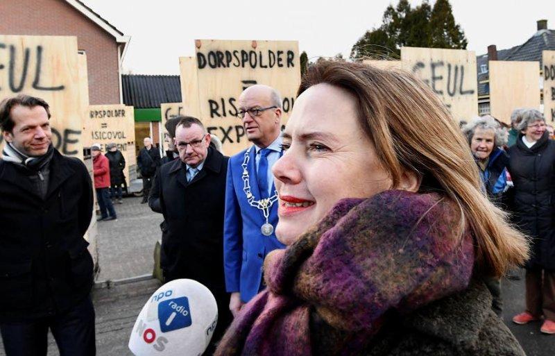 Bewoners van de dorpen Varik en Heesselt protesteren tegen de komst van de hoogwatergeul, als minister Cora van Nieuwenhuizen een bezoek komt brengen om zich hierover te laten informeren.