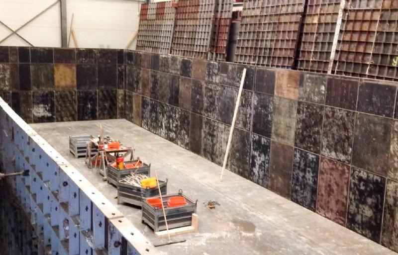 De bouw van de Floating Farm in Rotterdam is officieel gestart. In een droogdok worden drie betonnen drijflichamen gemaakt die samen de basis vormen van de eerste drijvende zuivelboerderij ter wereld.