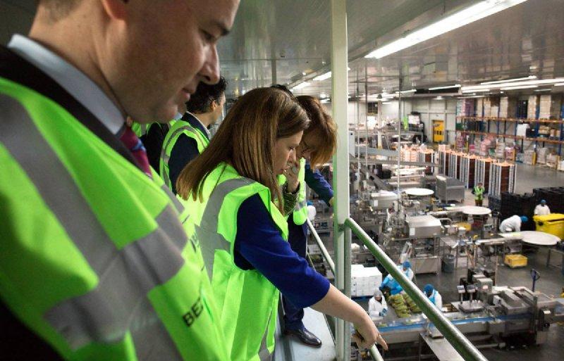 LNV-minister Carola Schouten (midden) liet zich bij groente- en fruitbedrijf Bakker Barendrecht informeren over hun aanpak van voedselverspilling.