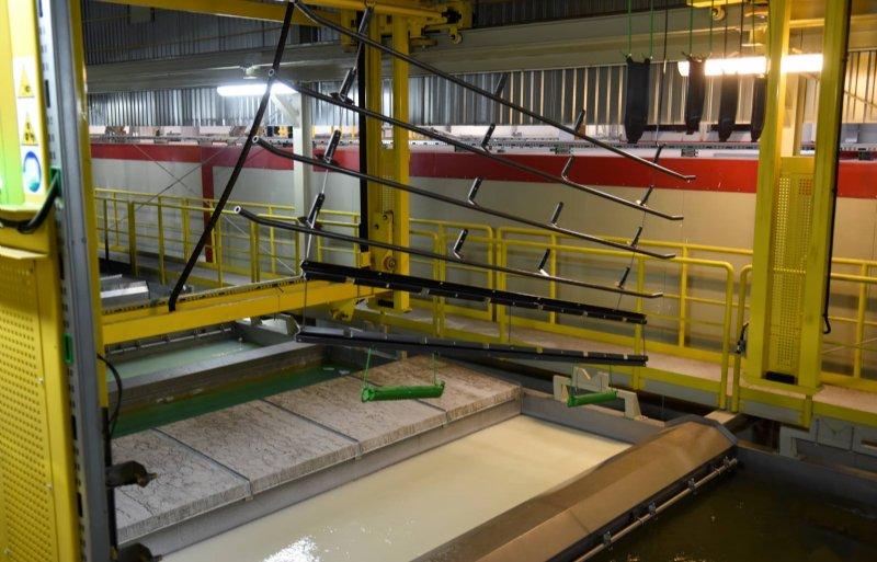 Niet-zichtbare onderdelen van de Samasz-machines gaan in een bad met elektrostatische dompellak.