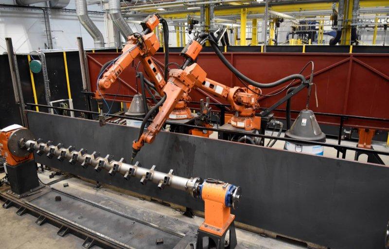 Naast zeventig lasstations zijn er twee lasrobots geïnstalleerd. Ze lassen de as van een klepelmaaier.