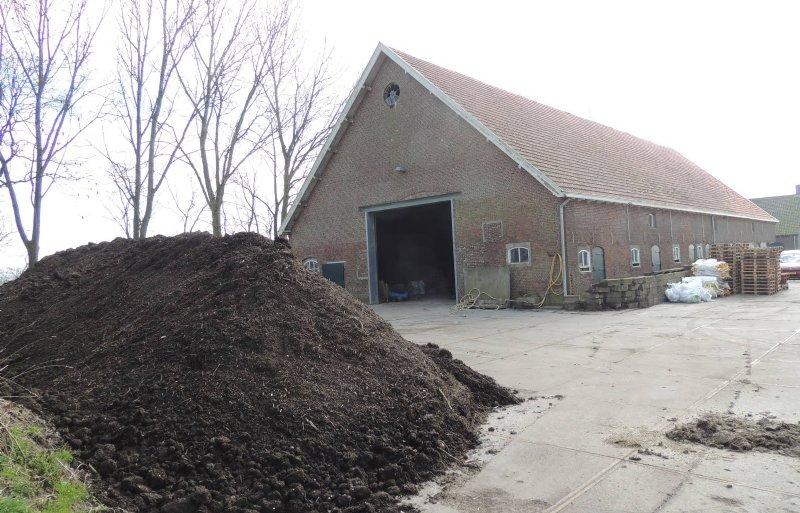 Het pachtbedrijf heeft traditionele gebouwen. Akkermans bewaart aardappelen in de coöperatieve bewaarplaats.