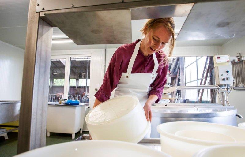 De kaasvaten voor haar kaasmakerij kocht Marijke Luring uit Onstwedde tweedehands.