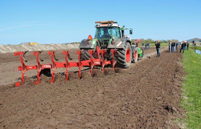 De grond ondiep ploegen met de ecoploeg is goed voor het bodemleven.