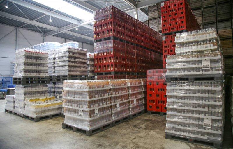 Flevosap in Biddinghuizen heeft flessen in verschillende maten en gebruikt meer dan driehonderd verschillende etiketten.