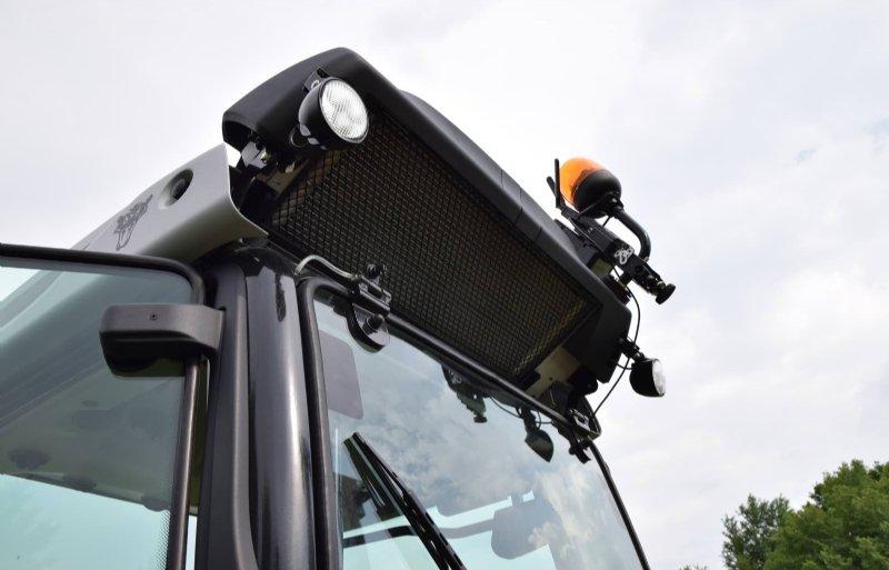 Als hoogte geen probleem is, dan kun je de airco-unit met twee schroefjes schuin omhoog monteren.